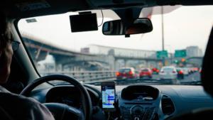 Čelní skla v zimě trpí častěji, ale do servisu s každou prasklinou přesto jezdit nemusíte. Přijede totiž za vámi